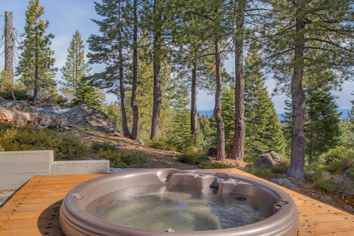 13005-Falcon-Point-Pl-Truckee-large-036-038-Hot-Tub-1500x1000-72dpi