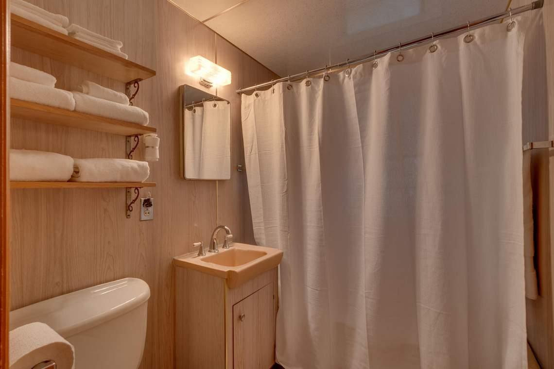 1754-US50-Glenbrook-NV-89413-large-016-015-Bathroom-1500x1000-72dpi