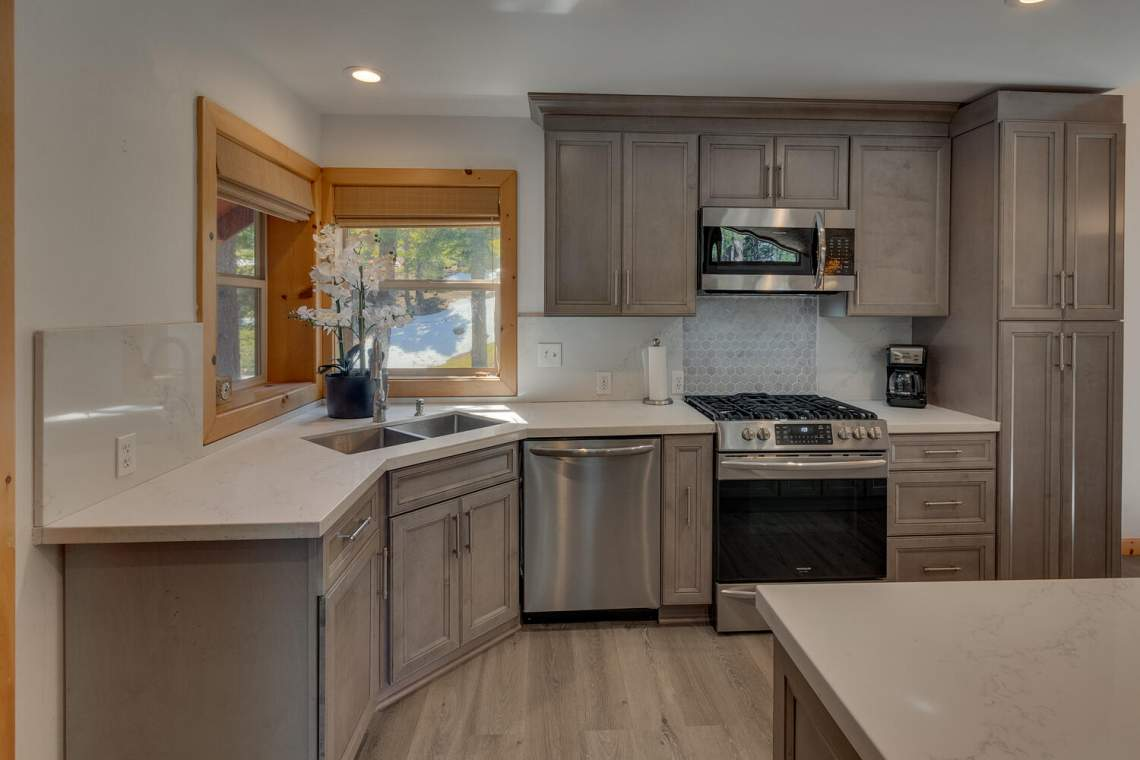 350-Lakeview-Dr-Tahoma-CA-large-011-016-Kitchen-1500x1000-72dpi
