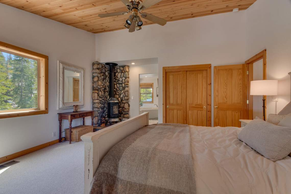 350-Lakeview-Dr-Tahoma-CA-large-015-033-Master-Bedroom-Ensuite-1500x1000-72dpi