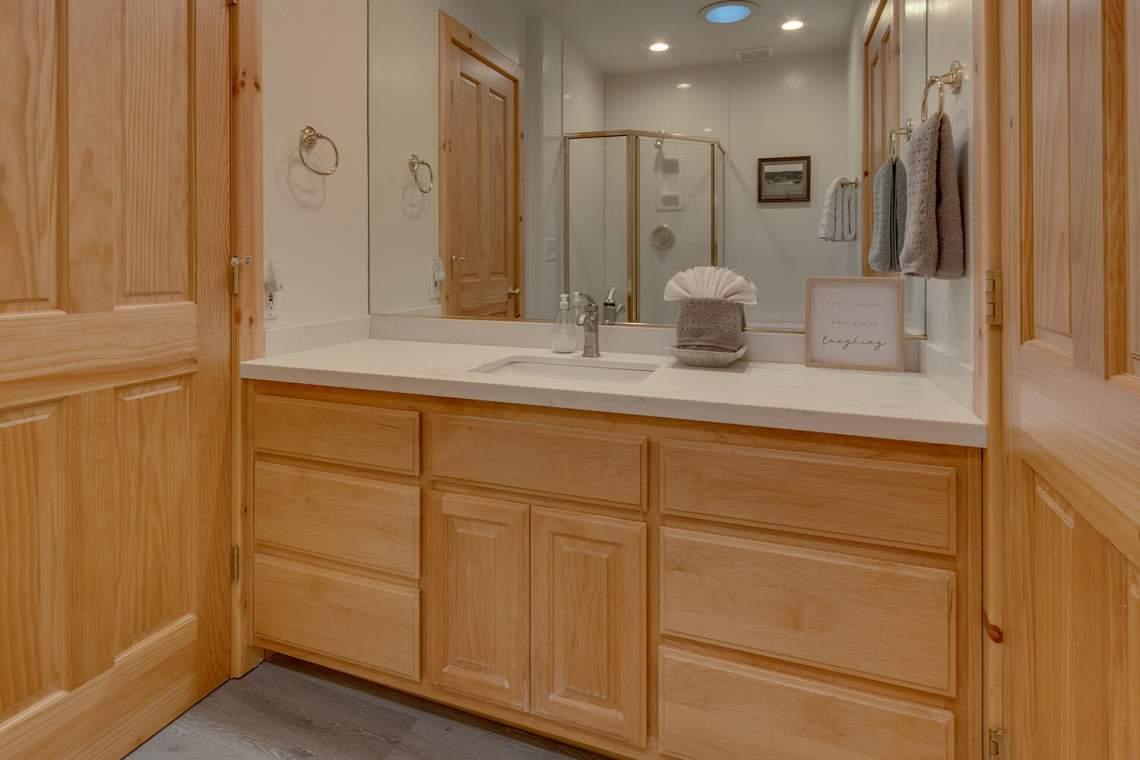 350-Lakeview-Dr-Tahoma-CA-large-018-006-Bathroom-1500x1000-72dpi