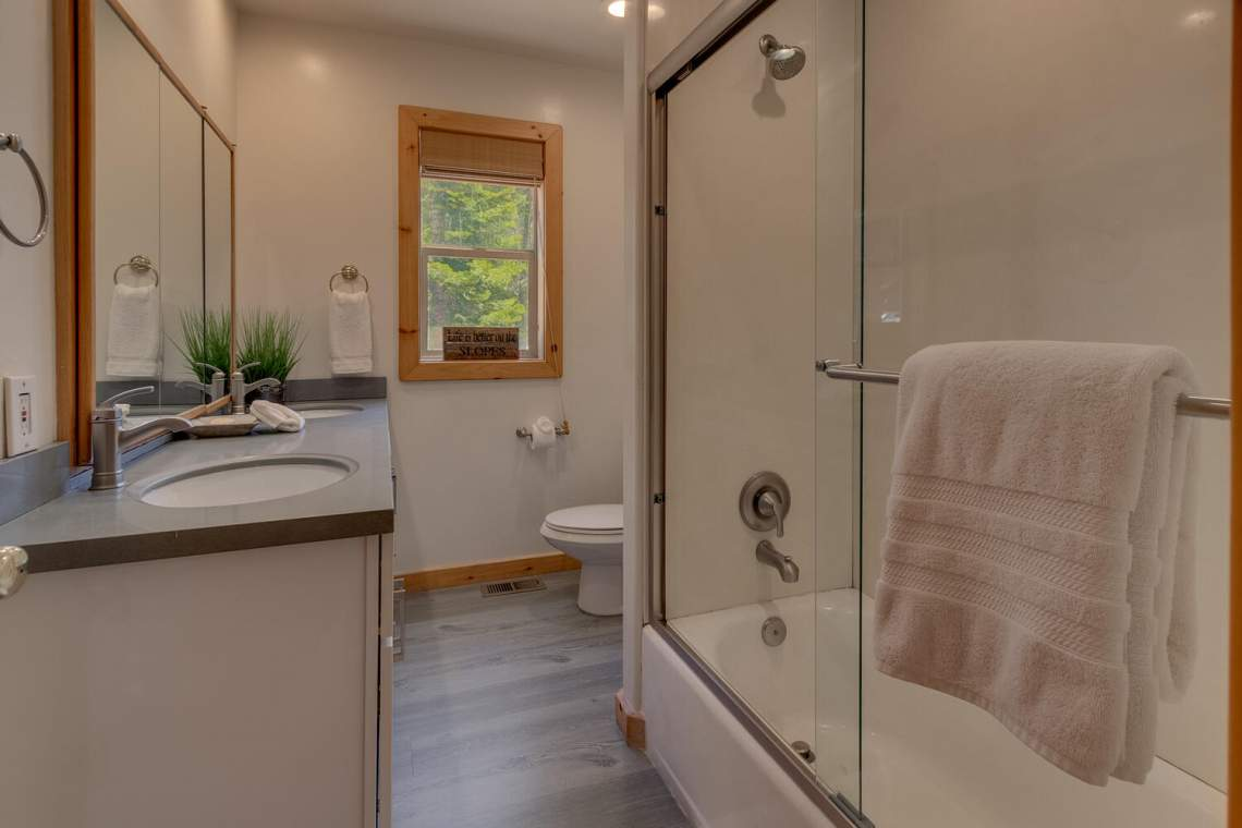 350-Lakeview-Dr-Tahoma-CA-large-025-026-Bathroom-1500x1000-72dpi