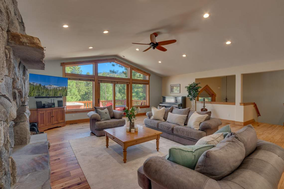 1204-Lanny-Ln-Olympic-Valley-large-002-008-Living-Room-1500x1000-72dpi