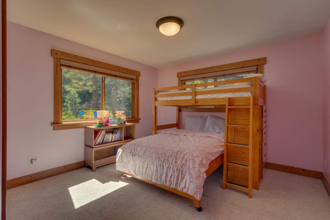 1204-Lanny-Ln-Olympic-Valley-large-020-016-Bedroom-1500x1000-72dpi