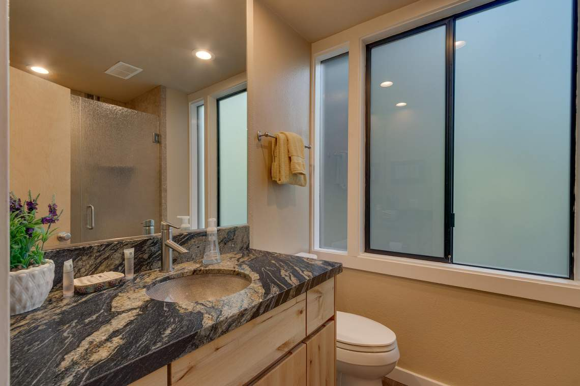 1877-N-Lake-Blvd-49-Tahoe-City-large-016-021-Bathroom-1500x1000-72dpi