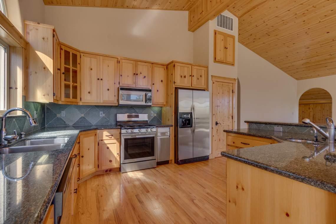15071 Skislope Way Truckee CA-large-008-11-Kitchen-1500x1000-72dpi