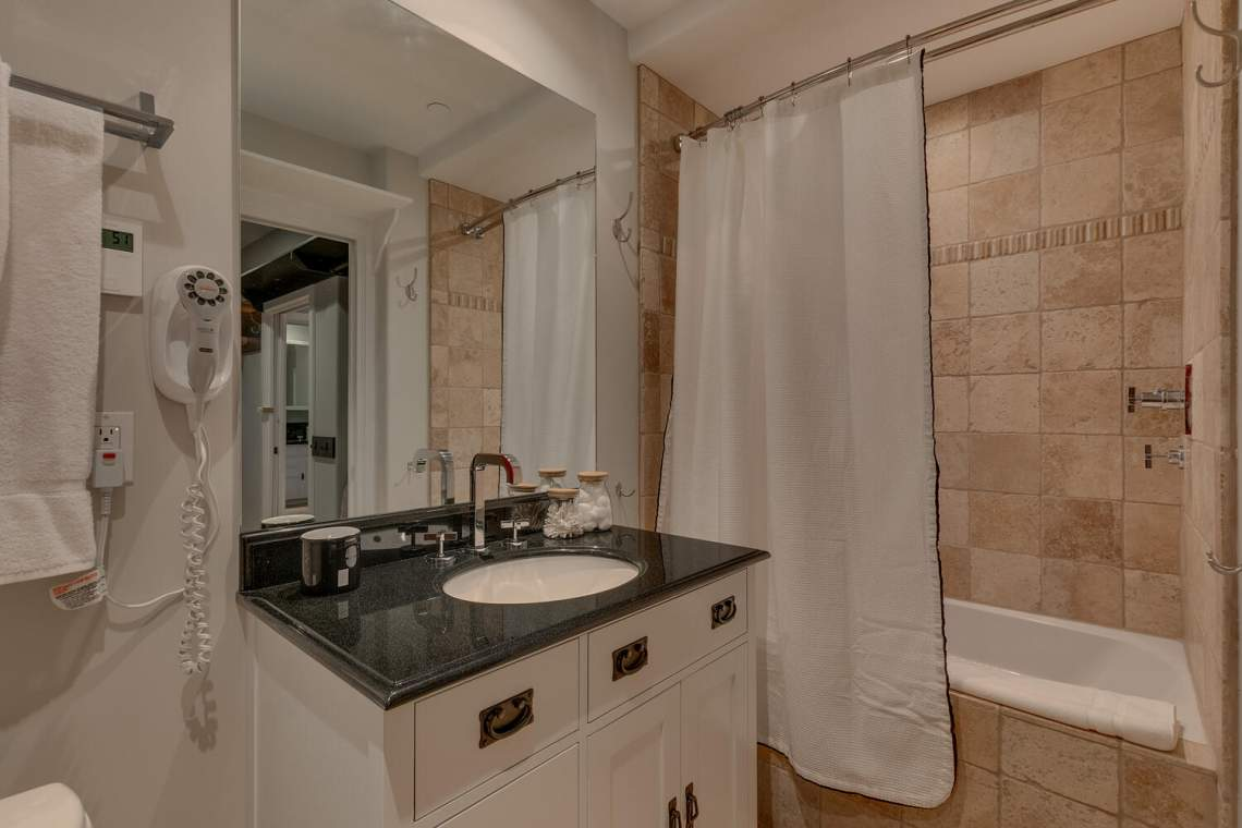 201-Squaw-Peak-Rd-Unit-718-large-017-027-Bathroom-1500x1000-72dpi